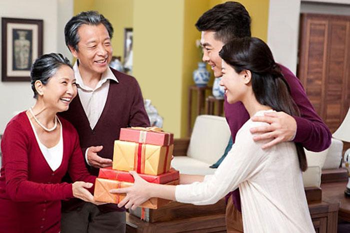 Kết quả hình ảnh cho tặng quà bố mẹ